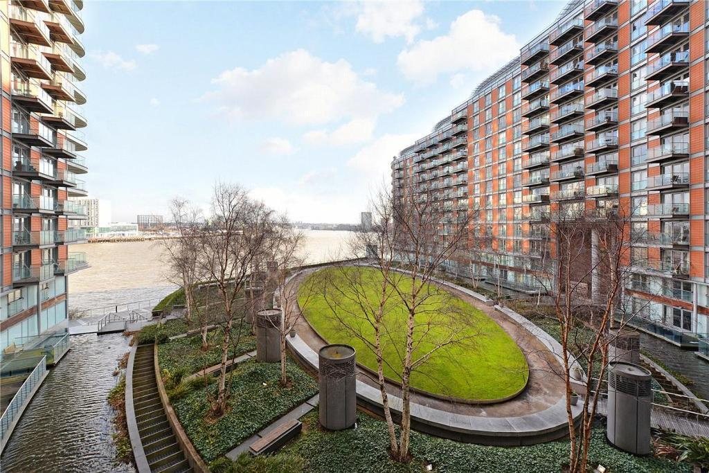 3 Bed Flat Property to Rent in Canary Wharf, E14 9BF by Adamson Knight Estate Agents